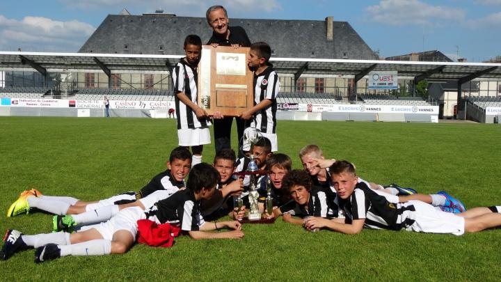 Les U12 du SM Caen arborent leur trophée lors de l'édition 2014.